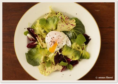 Salat mit verlorenem Ei